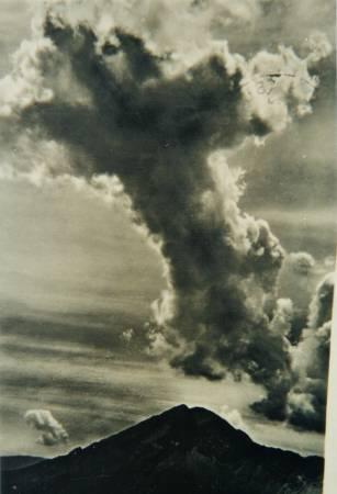 Un'enorme nuvola, a forma di croce, sovrasta il Col di Lana.
